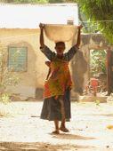 Benini anya gyermekével Boukombé- ben észak Beninben a dolgozó anya gyermekét munka közben is a hátán hordozza.