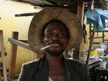 Vidám kongói piaci árus A híres Brazzaville-i Poto-Poto piacon a barátságos árus egyáltalán nem bánta a fotózást - ami nem jellemző általában a helyiekre.