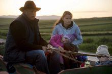 Székely család Egy székely család a lovaskocsijukon utazik Csíkrákos határában a csíksomlyói búcsúra május 23-án.