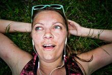 Boldogra futották magukat Több tudományos vizsgálat igazolta, hogy a futás úgy hat a szervezetre, mint a kábítószerek. Ez nem meglepő, mivel az ilyenkor termelődő endorfin hasonló módon befolyásolja a szervezet ingerületátvivő anyagainak, azaz neurotranszmittereinek a működését.  2015. május 30-án egy tízfős újságíró csapat is nekivágott az Ultrabalaton 220 kilométeres távjának. 21 óra 24 perc alatt, a déli órákban rekkenő hőségben, éjszaka vak sötétben futották körbe a tavat, a fejenként közel félmaratonnyi táv megtette hatását. Kikészültek, a szó legjobb értelmében.