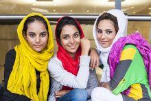 Vándor divat  Afgán nők  várakoznak a  Keleti pályaudvar tranzitjában.