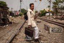 Élet a vasút mentén - Jakarta szlöm  Jáva szigete a Föld legsűrűbben lakott területeinek egyike. Jakarta, a főváros több, mint 10 millió fő lakosú, ebből megközelítőleg 350.000 fő él szlöm területen. A nem megfelelő higiéniai körülmények, a tiszta vízhez való hozzáférés hiánya, a túlzsúfoltság és a szegényes táplálkozás jelenti a legnagyobb problémát.  A városvezetés 2019-re szeretné felszámolni a telepeket.