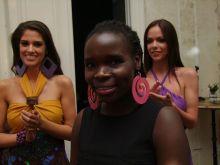 Mercy Asizu divatbemutató Érdekes helyszínen a Brody House Studios asztalai közt tartották az ugandai származású divattervező Mercy Asizu első magyarországi bemutatóját.A művésznő 2014 óta Lóránt Attila fotóművész felesége.