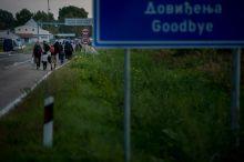Káosz a magyar-szerb határon Két napnyi várakozás után a lezárt magyar-szerb határnál a migránsok áttörték a szögesdrót kerítést és a határ kaput, köveket és minden mozdítható dolgot dobáltak át a határállomásra. A magyar rendőrség ezek után könnygázt, gumibotot és gumilövedéket vetett be tömegoszlatásra.