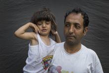 Menekültek  A menekülteket a médiában általában, menekülés közben, vagyis a megszokott élethelyzetüktől eltérő, extrém helyzetben mutatták, az esetek nagy többségében totál vagy nagytotál plánban– ebből kifolyólag a képeken megfáradt, ingerült, ideges, rongyos, kiszolgáltatott és félelemmel teli kriminalizált embereket láttunk. Ezekből nem igazán derült ki, hogy milyenek is ők valójában,  ezért szerettem volna megmutatni azeket az embereket egy olyan hétköznapi helyzetben, mint például egy hagyományos családi, vagy portréfotózás.  A képek a II. János Pál pápa téren készültek.