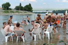 Sziget Fesztivál Fiatalok a Duna partján kialakított strandon, a Sziget fesztiválon 2015. augusztus 9-én