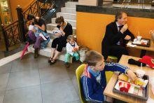 Ebédidő Látogatók esznek egy budapesti gyorsétteremben miközben kismamák szoptatnak. Az anyák tiltakozó akciót szerveztek, mert előző nap egy biztonsági őr kitessékelt egy szoptató anyát az étteremből. Máj22