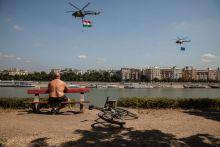 """Napozók Július első hétvégéjén tombolt először a nyári hőség Budapesten. Ekkor rendezték a Red Bull Air Race futamát, mely hat év szünet után tért vissza a fővárosba. A Duna-parton, világörökségi helyszínen rendezett légi parádén a világ legjobb műrepülő pilótáit lehetett látni versengeni. A magas költségvetésű rendezvény azonban egy vasárnap délutáni """"háttérré"""" degradálódott a hűsölni vágyók körében."""
