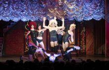 Őrület a Ketrecben Pillanatok az Alföldi Róbert által rendezett, nagy sikerű előadásból, Az Őrült Nők Ketrecéből.