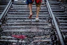 Úton Menekültek ezrei lépték át illegálisan a zöldhatárt Röszkénél a vonatsínen keresztül. 2015.09.10
