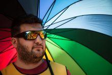 """20 esztendőnk hatalom! József Attila szavait használták szlogenként a huszadik alkalommal megrendezett Budapest Pride-on 2015. július 11-én.  """"A hatalom szeretetét váltsa fel a szeretet hatalma!"""" – figyelmeztetett a rekordszámú, több, mint 20.000 résztvevő. A két évtizede minden évben megrendezésre kerülő rendezvényen a leszbikus, meleg, biszexuális, transznemű és queer (LMBTQ) közösségek és támogatóik hirdetik, hogy a résztvevőket egységbe fűzni épp a szeretet hatalma tudja.  Zene, tánc és csók, az elfogadás és támogatás jegyében."""