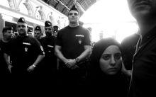 Kétségbeesett menekült a rendőrök gyűrűjében. Kétségbeesett menekült a rendőrök gyűrűjében.  Budapest Keleti pályaudvar. 2015.09.01.