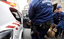 Zsupsz! Rendőrök segítik beszállni Misetics Bálintott autójukba, hogy előállítsák a VIII. kerületi kapitányságon, miután egy csoporttal megpróbálták megakadályozni egy szegény család kilakoltatását a Magdolna
