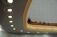 Szemmel tartva Teremőr vigyázza a rendet a kínai Népi Gyűlés Házának legfelsőbb szintjéről a parlament éves ülésszakán, Pekingben.