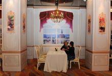 Kilátás Gál Helga sommelier, Magyarország bornagykövete a pekingi Mincu (Minzu) szálloda éttermében egy kínai riporternek ad interjút , a magyar gasztronómiai hónap nyitónapján.