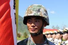 Büszkeség A pekingi díszszázad zászlótartó katonája a második világháború befejezésének 70. évfordulója alkalmából tartott díszszemlére történő felkészülés időszakában, a gyakorlótéren.