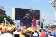 A fővendég A 2. világháború befejezésének 70. évfordulója alkalmából tartott pekingi díszszemle előtt a Tienanmen-tér kivetítőjén amint Vlagyimir Putyint üdvözlik.