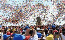 A béke léggömbjei A közönség fényképezi, amint színes léggömbök emelkednek a magasba a második világháború befejezésének 70. évfordulója alkalmából tartott pekingi díszszemle végén a Tienanmen téren.