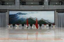 Zászlók magánya A magyar és a kínai zászló a Nagy Falat ábrázoló festmény előtt a Kínai Nemzetvédelmi Egyetem aulájában.