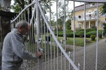Fónai Jenő Fónai Jenő 56-os volt halálraitélt, Göncz Árpád volt cellatársa próbál bemenni a  Göncz villába, hogy kondoleáljon.