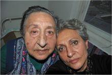 Privát képek 2.  Anyu 2013-2015 2010-ben Privát képek 1.-ben daganatos betegségemet, a műtétet, kemotrápiát és felépülésemet, a Privát képek 2.-ben anyám életének utolsó szakaszát és halálát fényképeztem meg. Kezdetben jó kedvűen néhány évig öregek otthonában élt, de a halála előtti másfél évben demencia miatt folyamatosan leépült. Emlékezetvesztése hullámzó volt, tiszta időszakok és depresszió váltogatta egymást. Ekkor kezdtem el őt fényképezni, és végig együtt működött velem.  Mivel a betegség és a halál tabu a mi társadalmunkban,  fényképeim segíthetnek másoknak is,  hogy az élet  nehéz szakaszait túléljék, megéljék.