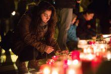 Pray for Paris Egy fiatal lány megemlékezik a párizsi terrortámadás áldozatairól a támadás másnapján Budapesten, a Bazilikánál