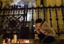 Egy gyertya Párizsért Egy kisfiú gyertyát gyújt a Bazilikánál a párizsi terrortámadás áldozatainak emlékére, a támadás másnapján.