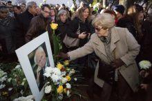 Sárga rózsa Több ezer ember gyűlt össze, hogy végső búcsút vegyen Göncz Árpádtól, Magyarország rendszerváltás utáni első köztársasági elnökétől 2015.november 6-án.