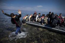 Leszbosz, a remény szigete A UNHCR adatai szerint a 2015-ben Európába érkezett több mint 1 millió regisztrált menekültből kb 800 000 a görög szigeteken lépett először a schengeni övezetbe.Leszbosz mindezek közül a legfrekventáltabb célpont a menekültek számára,akiket a török embercsempészek túlzsúfolt gumicsónakokon engednek útjukra a sokszor veszélyes Égei tengeren.A sziget befogadóképessége nagyon szűkös,ezért a nyáron többször alakult ki krízis a befogadó állomásokon ahol napokig kellett sorban állniuk hogy regisztrálhassanak és tovább induljanak komppal Athénba.A két ország közti átkelés során rengetegen haltak meg