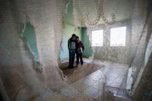 Üres falak között Egy mélyszegénységben élő család, Mezei Edit fiával otthonuk üres szobájában, Gyöngyöspatán 2015. március 24-én.