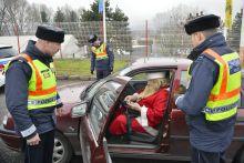 Közúti ellenőrzés Fokozott ellenőrzést tartott a téli baleset-megelőzési kampány keretében a Heves Megyei Rendőr-főkapitányság Eger belterületén. Az ellenőrzés során a Mikulás járművét is átvizsgálták az egyenruhások.