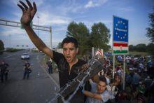Határzár 2015 Szeptember 15.-én Röszkénél lezárták az autópályát keresztülszelő Magyar-Szerb határt. A szerb oldalon ragadt több száz menekült