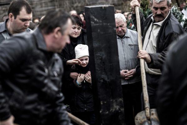 Kelet-Ukrajnai harcokban elesett apát temető család.