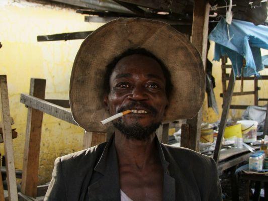 Vidám kongói piaci árus